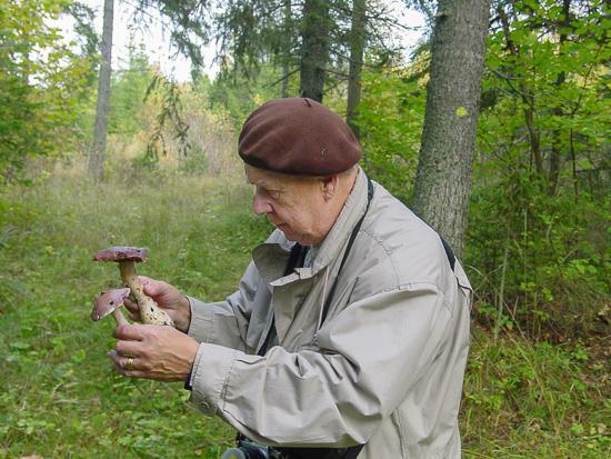 Hadars kärlek till naturen präglade hans liv. Här inspekterar han ett par jättespindelskivlingar.
